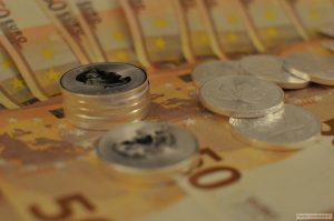 Bild: Silbermünzen auf Geldscheinen Quelle: Galileo-Investments